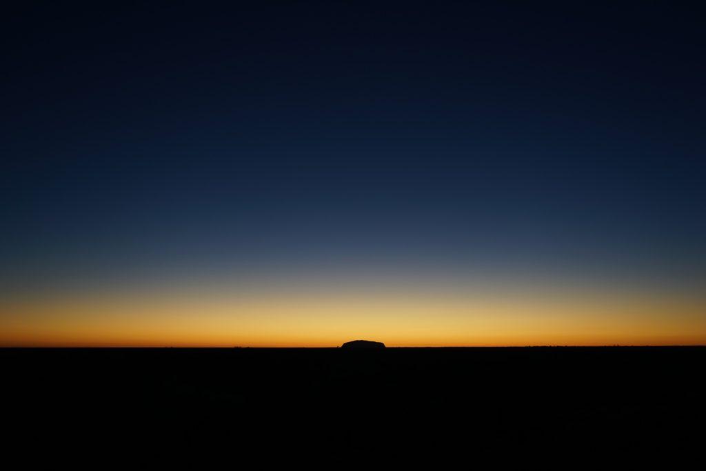 日の出前のウルル