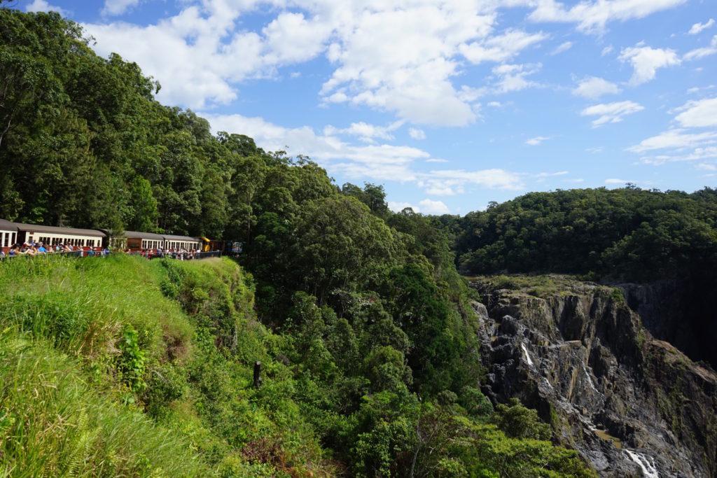 キュランダ鉄道が写真撮影のために停止