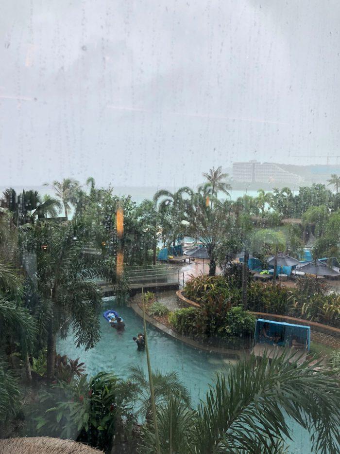 本格的な雨 グアム