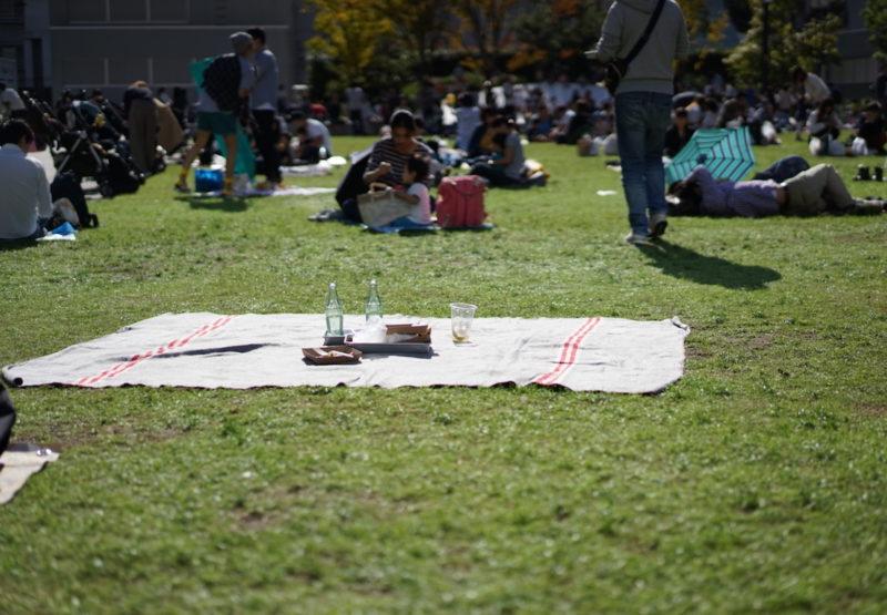 芝生でくつろぐ人々 南池袋公園