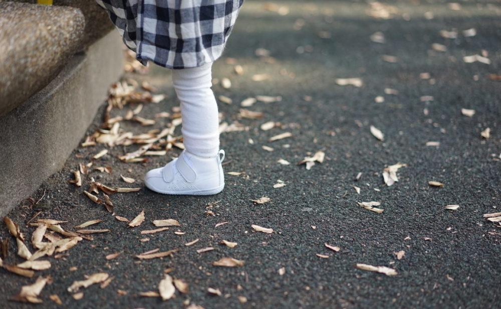 靴と落ち葉と
