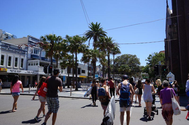 マンリービーチへ徒歩