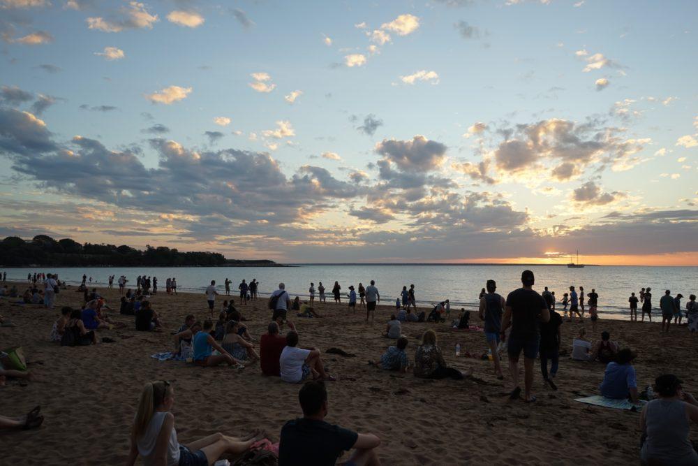 ミンディルビーチで日の入りを待つ人たち