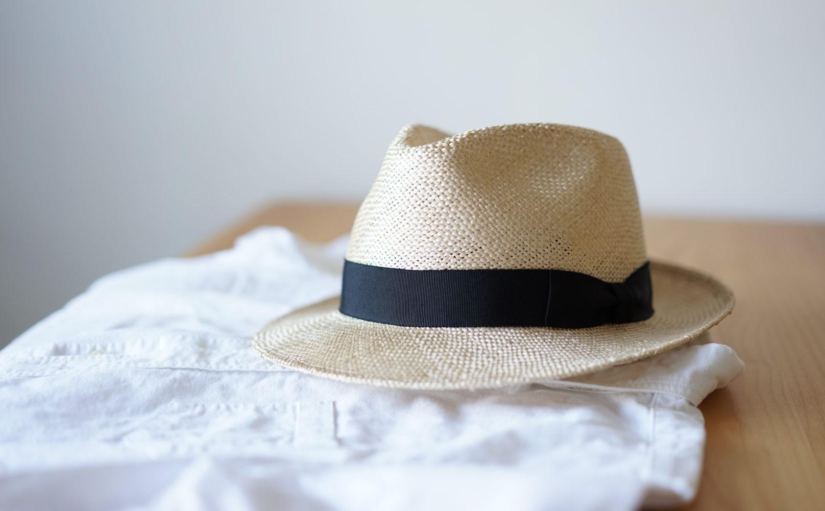 麦わら帽子と白シャツ