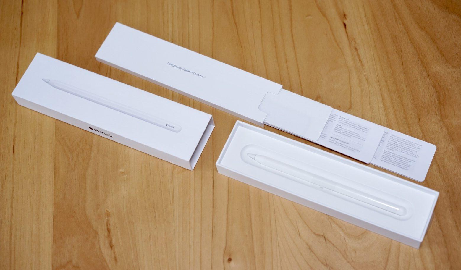 Apple Pencil 箱を開封中