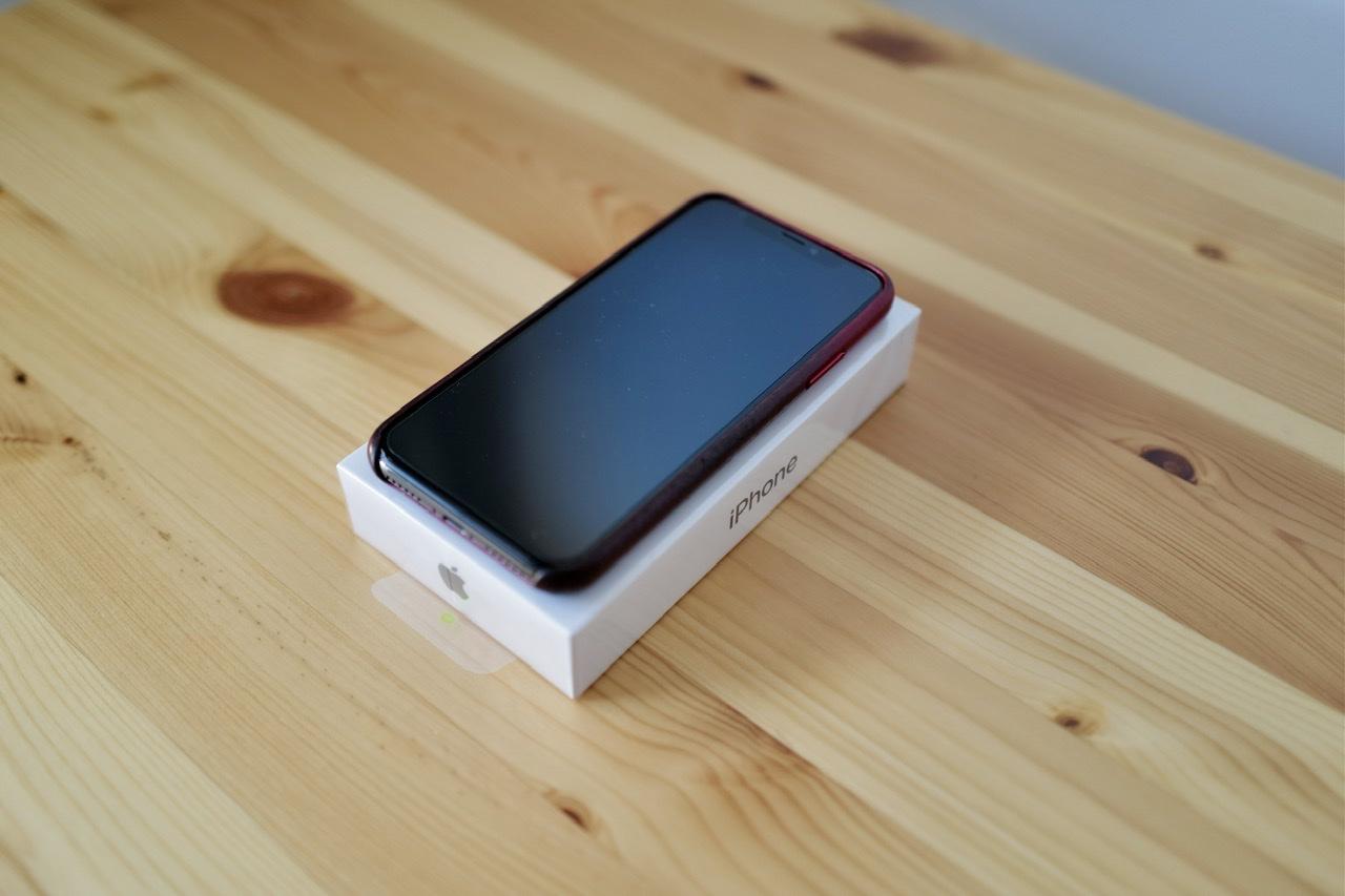 iPhone 12 miniの箱の上にiPhone X