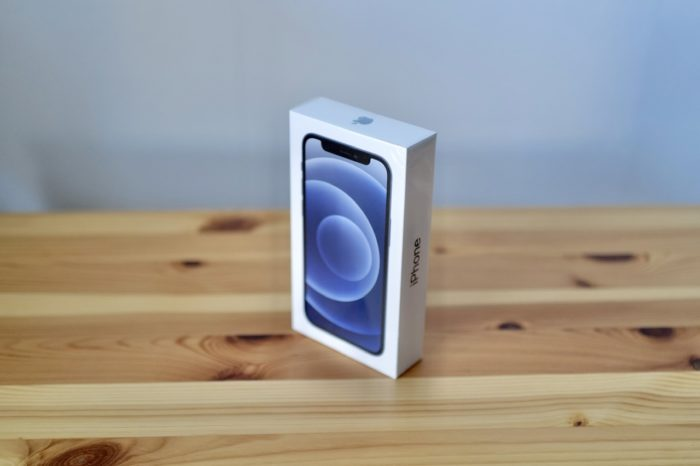 iPhone 12 mini 箱 斜めから