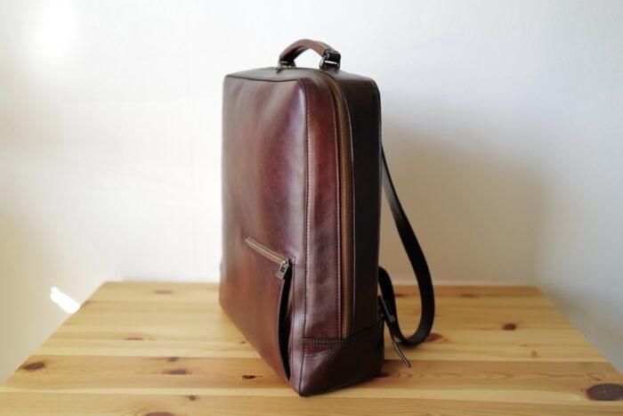 Antique square backpack motherhouse 斜めから